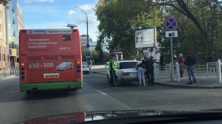 Тюменец после ДТП с автобусом попытался убежать от полицейского, но не смог перепрыгнуть через забор