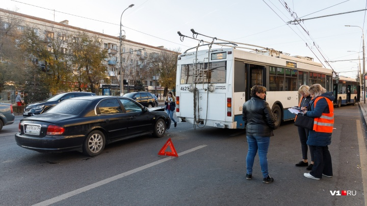 «Пробка вытянулась до стадиона»: в центре Волгограда девушка на иномарке протаранила троллейбус