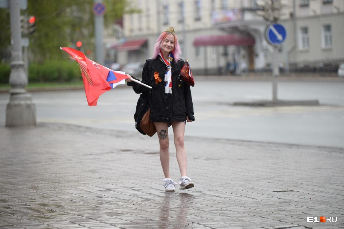Яркая девушка в ожидании парада Победы
