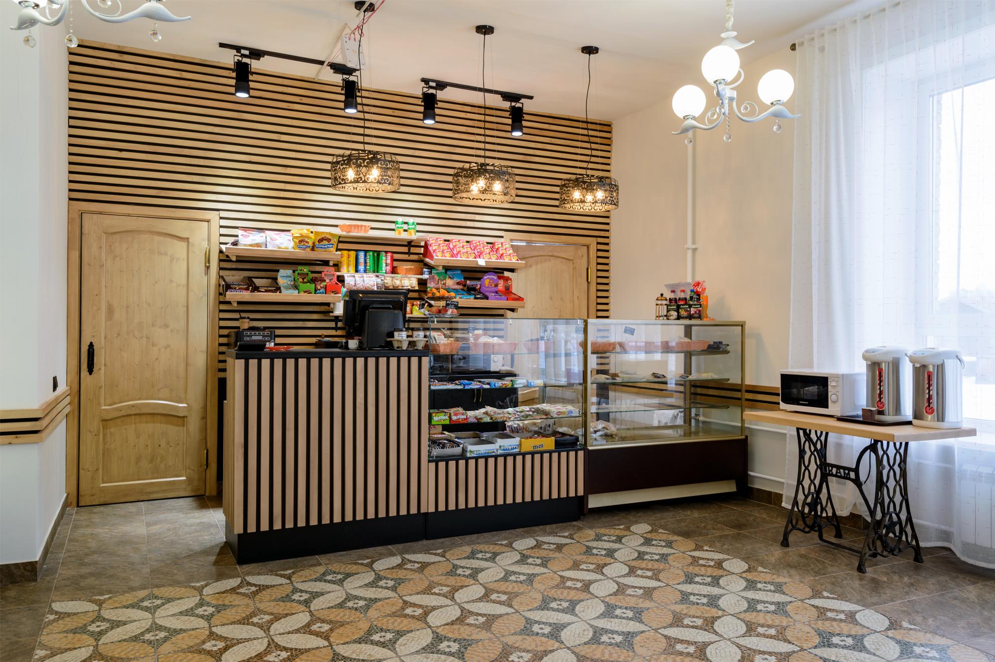 В кафе продают выпечку, пирожные, домашние завтраки, фрукты, европейские, узбекские и китайские блюда