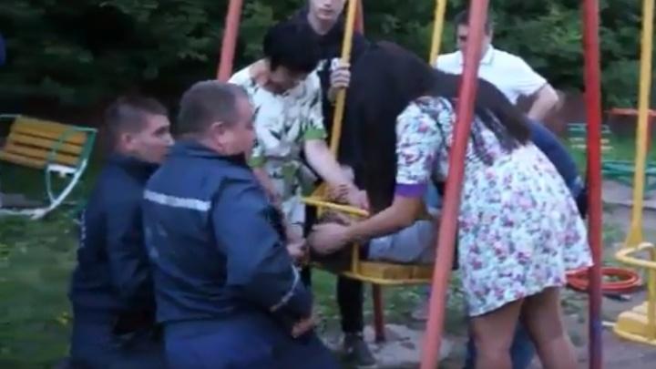 Голова застряла в качелях: уфимские спасатели вытащили из железного плена семилетнего мальчика