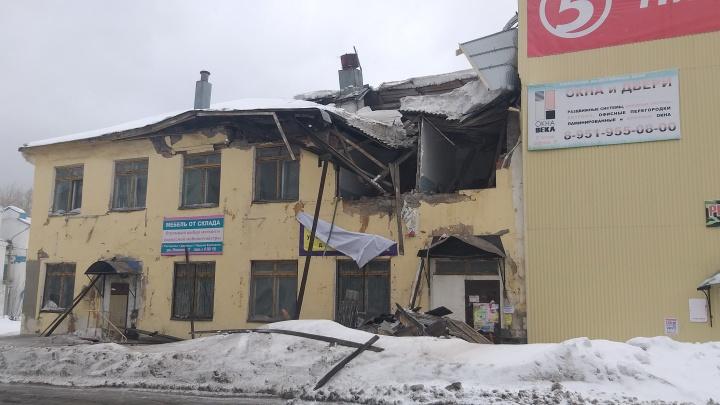 В Кизеле под тяжестью снега рухнула крыша двухэтажного здания