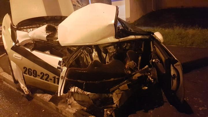 Налетевшая на столб у Белой башни Toyota развалилась на части, когда её начали эвакуировать