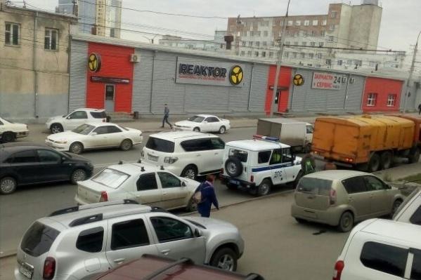 Из-за бензовоза на улице Писарева собралась пробка