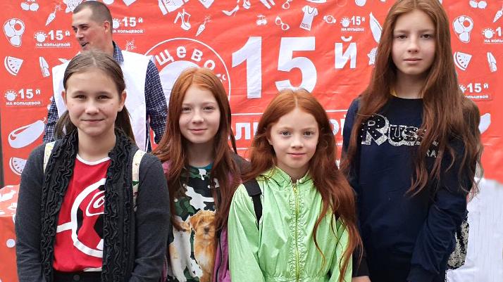 Отличников в школах Самары станет больше: ученикам дарили канцелярию для пятёрок в обмен на улыбки