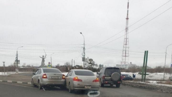 «Не надо забывать ПДД и поворотники»: перекресток в Волгограде стал ареной для «бодливых» водителей