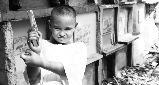Скелеты в шкафу и кровати: уральский фотограф снял филиппинцев, которые переехали жить на кладбище