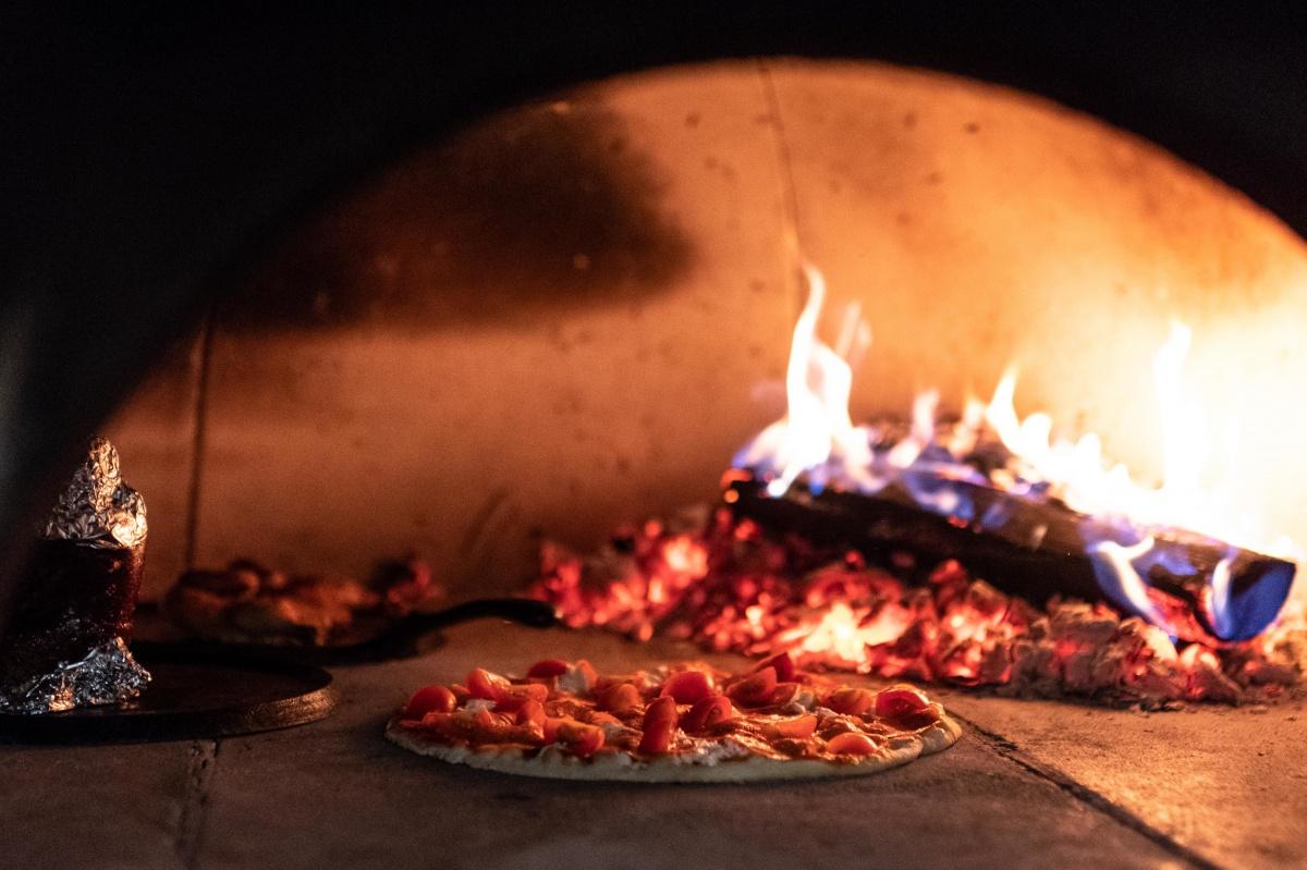 Пицца — классическая итальянская, приготовленная в дровяной печи с открытым огнём