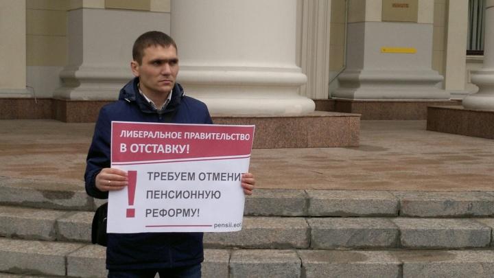 «Чиновники морщились»: волгоградец потребовал отменить пенсионную реформу под окнами администрации
