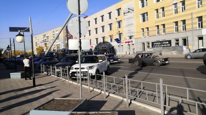 У «Каскада» покосился и завис над дорогой столб с дорожными знаками