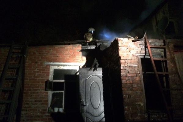 Огонь возник на крыше дома