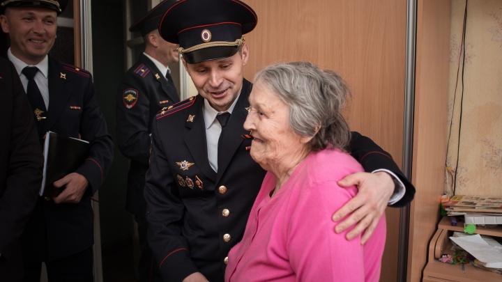«Соседи подумают —арестовывать пришли!»: начальник екатеринбургской полиции поздравил ветеранов