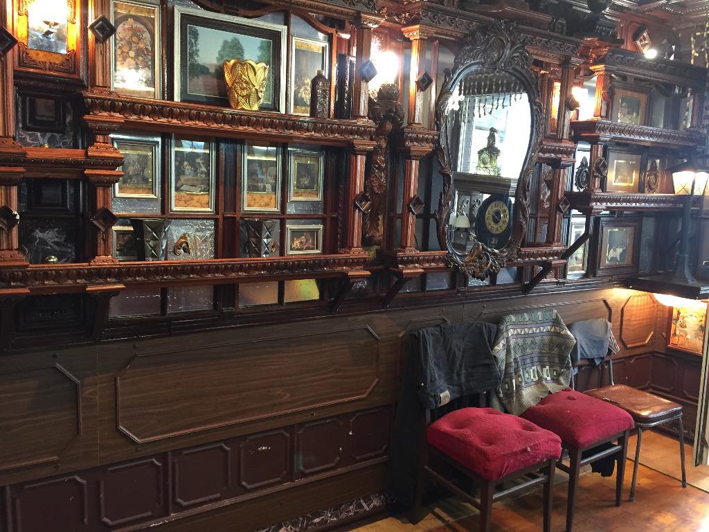 В такие интерьеры идеально вписываются зеркала в тяжелых рамах, а также одежда на спинках стульев с бархатными пуфами