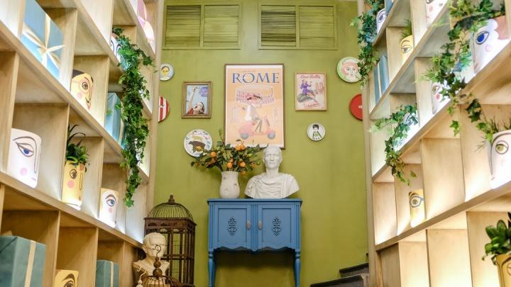 На месте «Уральских пельменей» открылся двухэтажный ресторан с бюстами Цезаря
