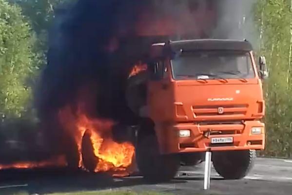 Возгорание произошло в районе полвосьмого утра. За считаные секунды огонь охватил кузов большегруза