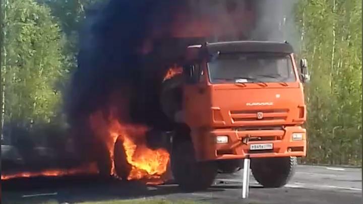 На трассе под Ярково загорелсяКАМАЗ. Очевидцы говорят, что взорвалась бочка с соляркой