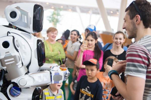 Человека в костюме робота «Алёши» телевизионщики выдали за суперразработку российских учёных