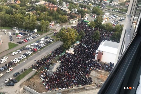 На молитву в мечети на Репина собрались несколько тысяч верующих