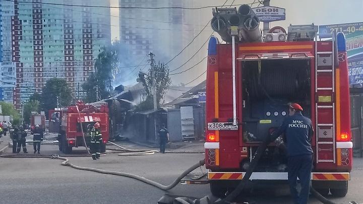Сгорели кафе и маленькая мечеть. У Центрального рынка в Перми произошел серьезный пожар