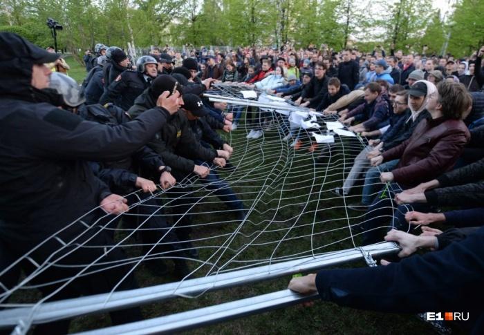 Протестующие пытались повалить забор