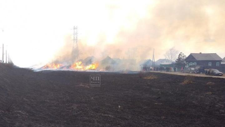 В окрестностях Ачинска горит трава возле нефтеперарабатывающего завода