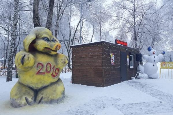 Вот это контраст — жуткий символ года и радостный снеговик