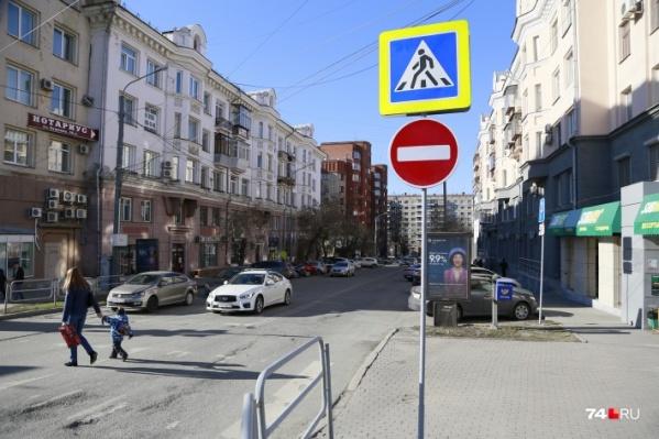 В квартале меньше недели назад установили новые знаки, но многие водители их игнорируют