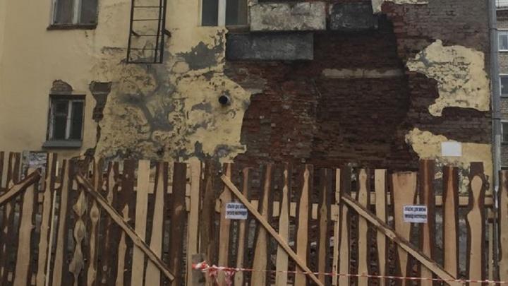 «Там постоянно всё течёт»: со стены дома на Вторчермете обвалились кирпичи