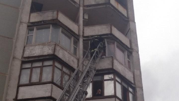 «Есть погибший и пострадавший»: в Волгограде при пожаре в девятиэтажке эвакуировали 30 человек