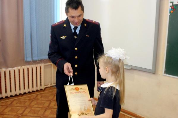 Девочка на этой неделе получила грамоту от начальника ГИБДД