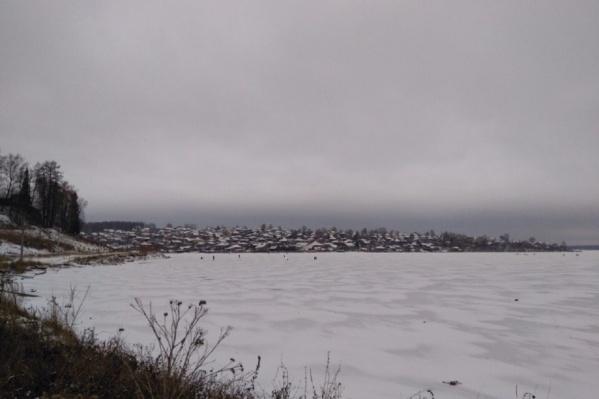 Лед пока тонкий и не может выдержать снегоход