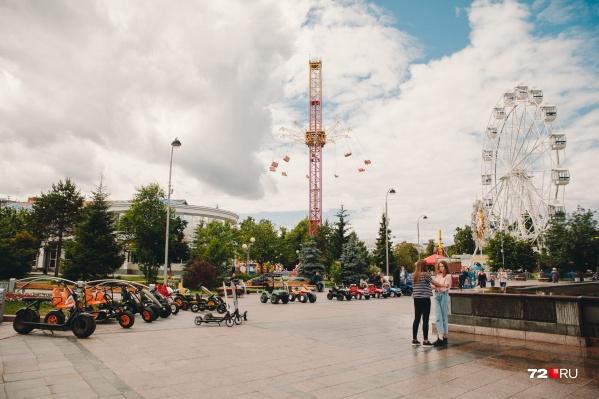 Недавно тюменцы жаловались на стихийный рынок, в который превратился Цветной бульвар. Это городское пространство находится через дорогу от здания городской администрации