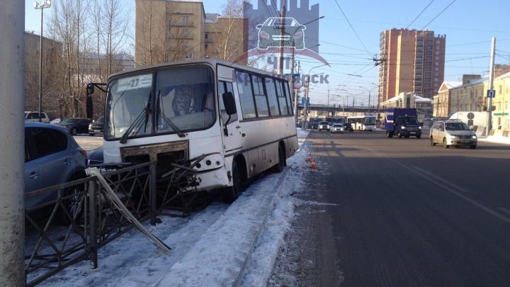 «Устроили гонку автобусов»: водитель маршрутки протаранил ограждения и помял припаркованные авто