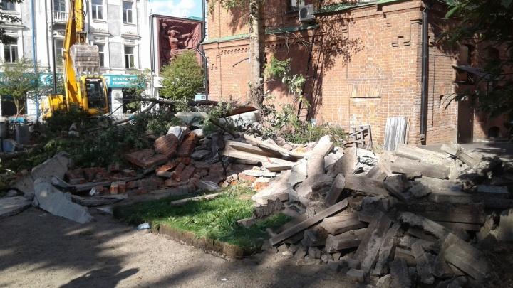 «Деревья губили памятник архитектуры»: авторы вырубки на «стакане» объяснились и показали документы
