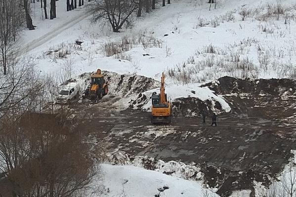 Спецтехника начала разрывать землю вплотную у парка