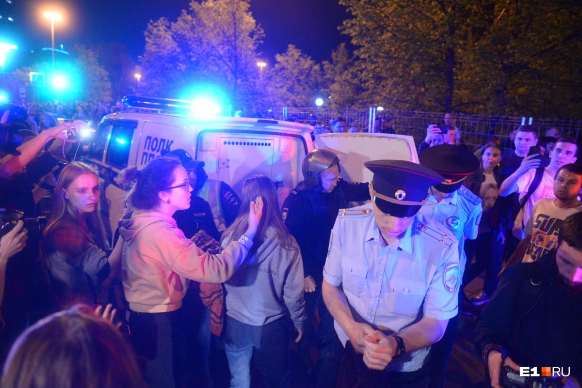 С акции за сквер у Театра драмы увезли двух человек: одного — в полицию, другого — в больницу