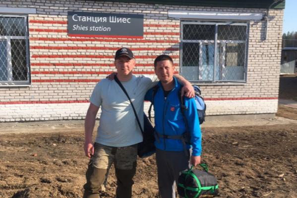 Справа — житель Приводино Станислав Мокрецов