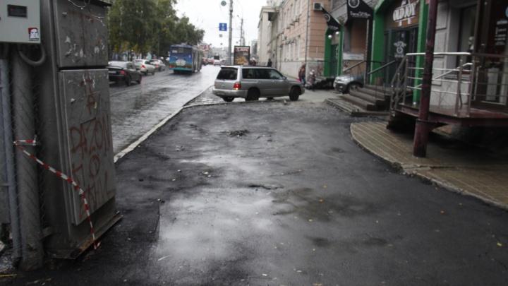 Фото: на Красном проспекте потрескался свежий асфальт