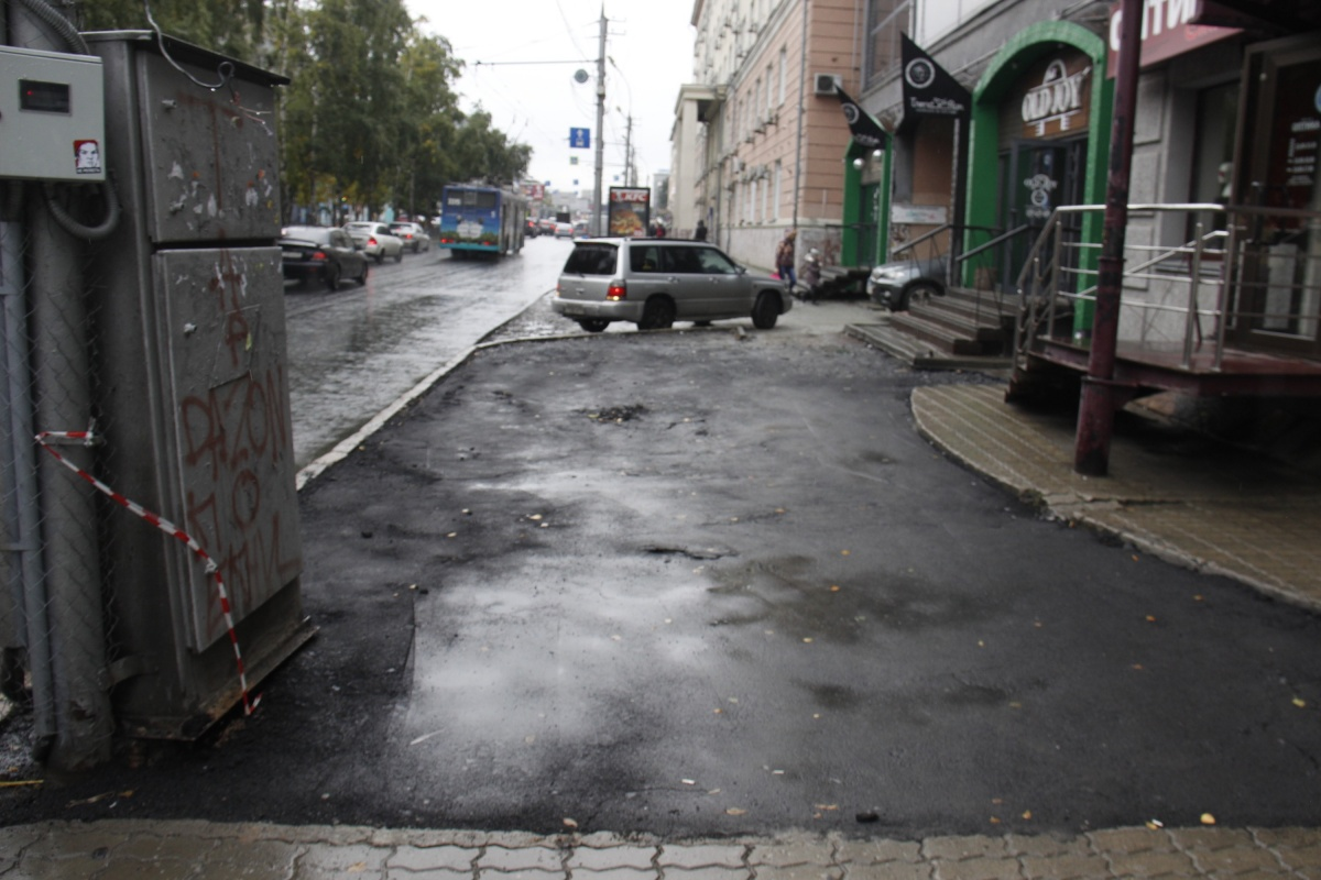 Асфальт пошёл трещинами возле дома Красный проспект, 67