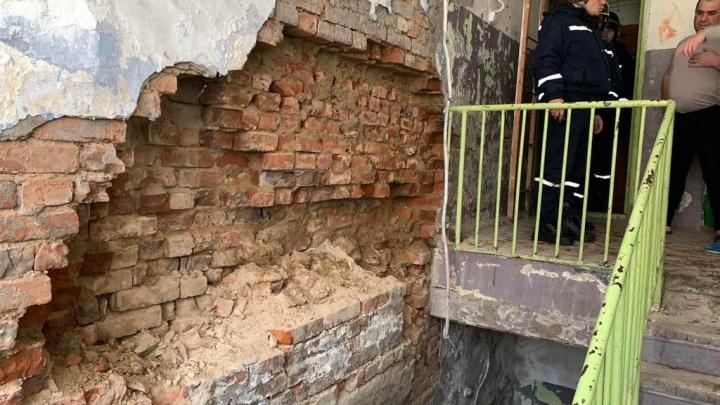 «Прекратить эксплуатацию дома»: власти Тюмени расселят двухэтажку, где отвалилась часть стены