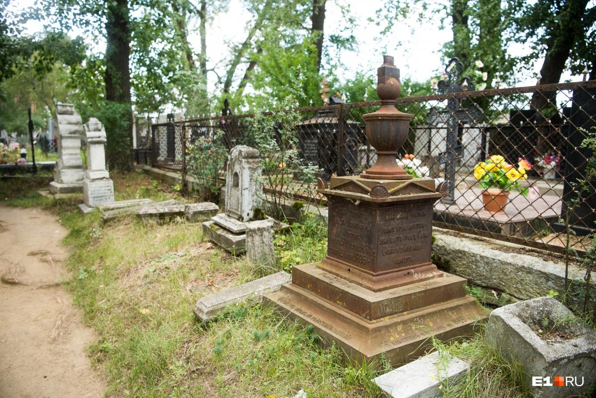 Несколько старинных надгробий