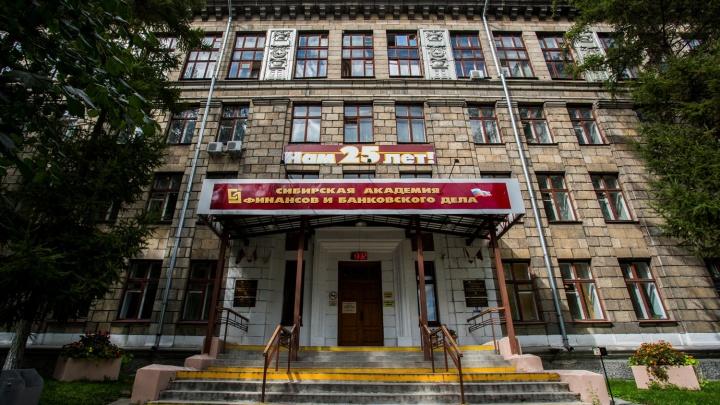 «Прижимают под приличным предлогом»: новосибирскому вузу запретили выдавать дипломы
