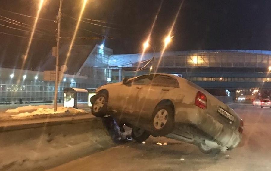 Водитель вёл себя неадекватно перед тем, как залететь на отбойник