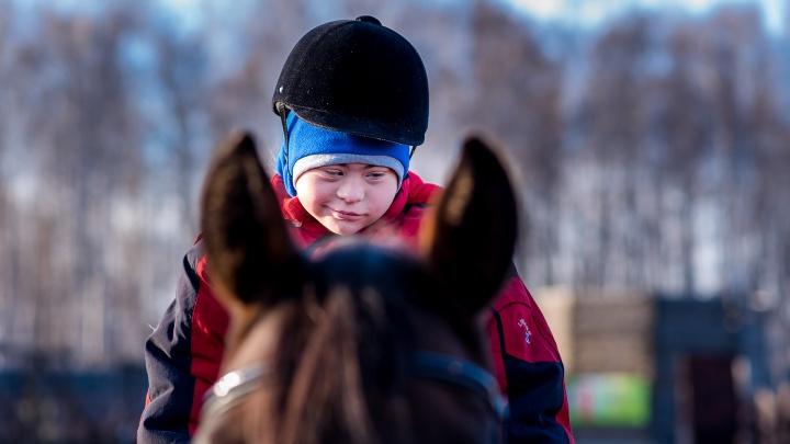 Школьница с синдромом Дауна победила на конном турнире, открыла магазин и сдружилась с Эвелиной Блёданс