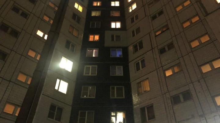 В Ярославле ребёнок выпал из окна многоэтажки: очевидцы рассказали версию мамы