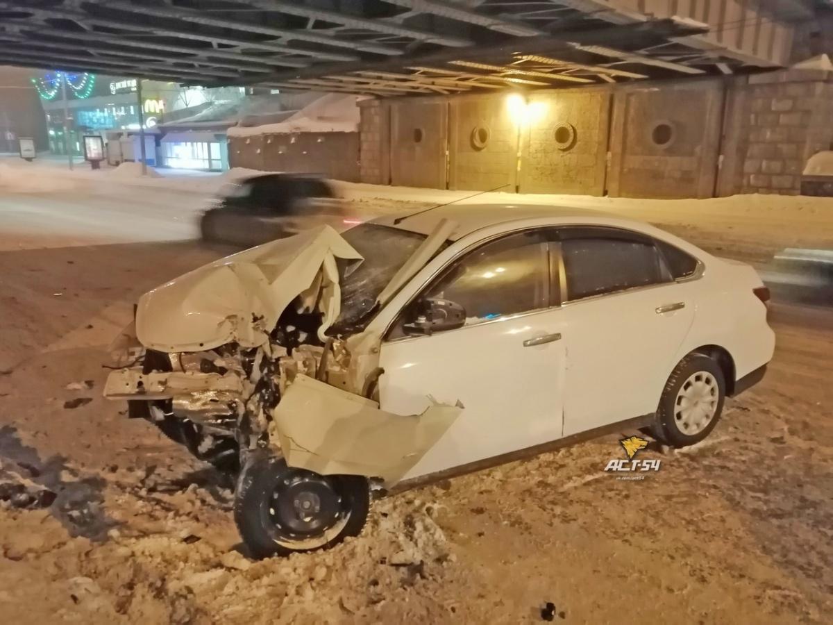 Как сообщают очевидцы, при ударе сработали подушки безопасности, однако водителю не удалось избежать травм
