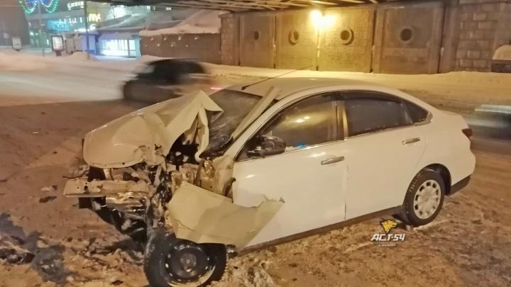 На Красном проспекте легковушка врезалась в опору железнодорожного моста: водителя увезли на скорой