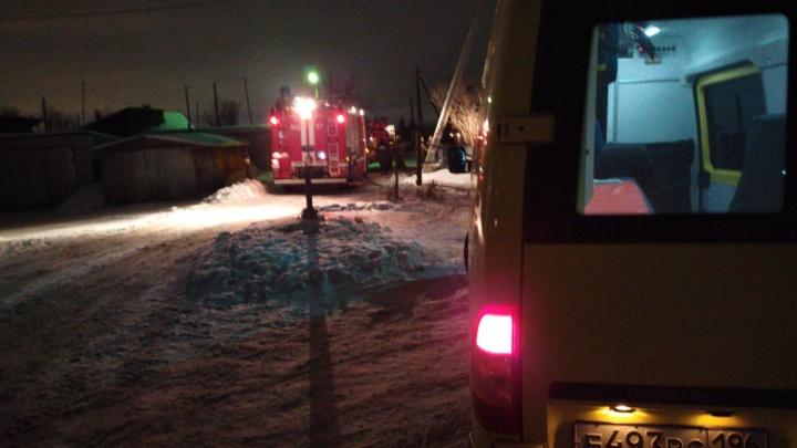 В Екатеринбурге сгорела квартира в двухэтажном доме. Погиб мужчина