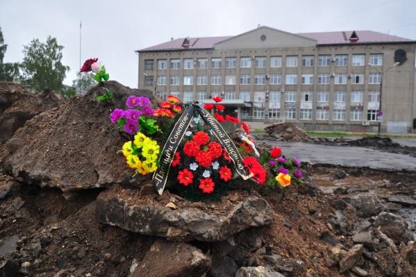 В воскресенье люди, скорее всего, снова принесут цветы, чтобы почтить память центральной площади