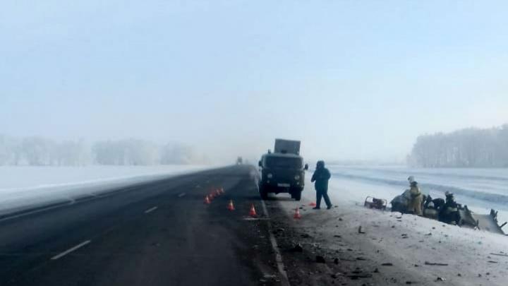 ВАЗ вылетел на встречку и столкнулся с грузовым Volvo